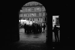 Der Einzelne und die Gruppe - vor dem Alten Schloss